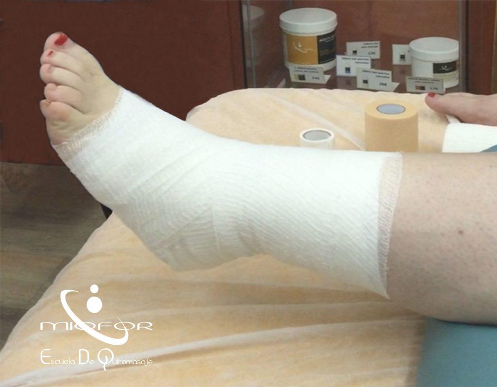 Vendaje para inmovilizar paso a paso la articulación del tobillo